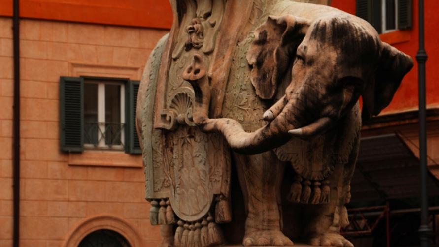 Скульптура слона.