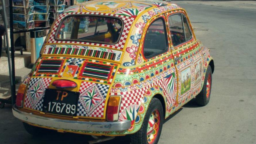 Разноцветный автомобиль.