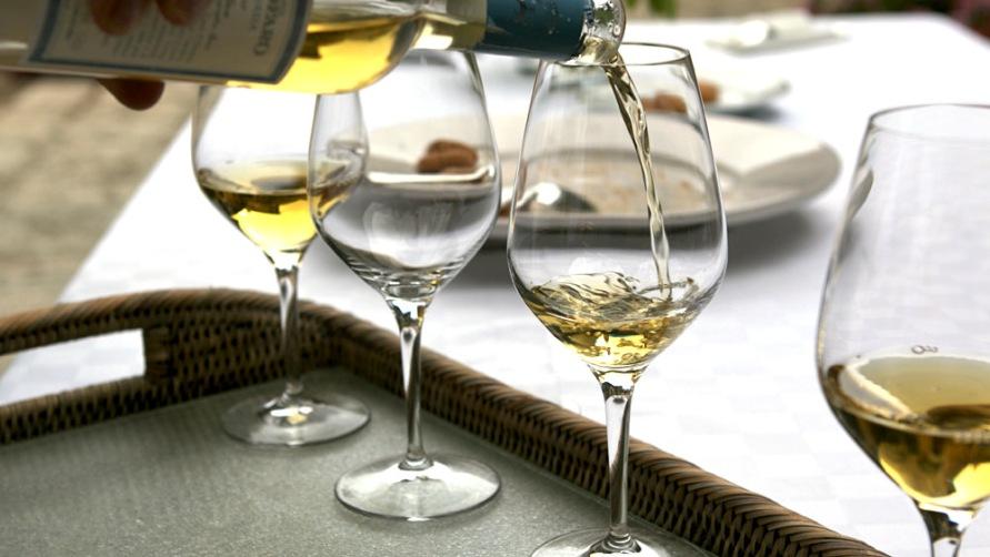 Наливаем вино.