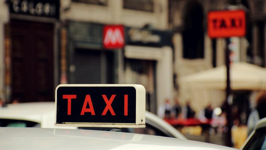 Смотреть как таксист разводит пассажирок такси на минет 19 фотография