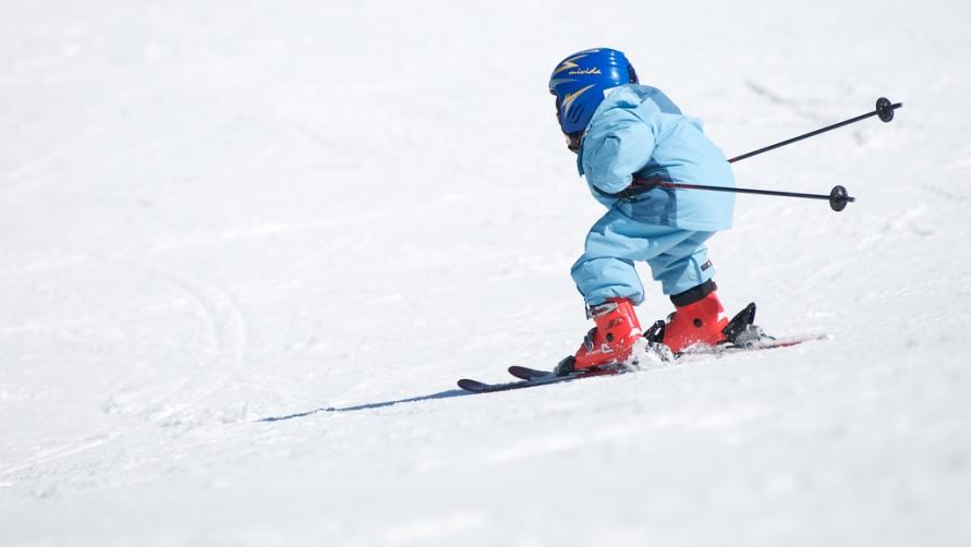 Мальчуган на лыжах.