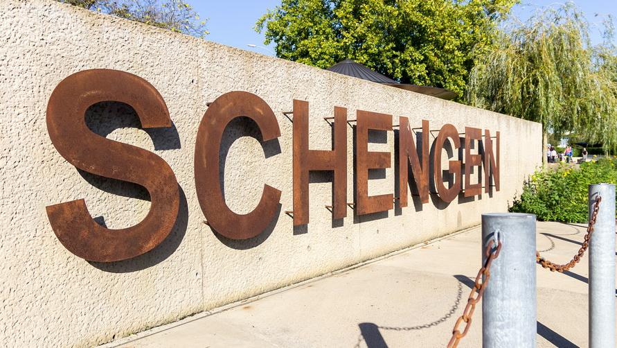 Проще всего оформить Шенгенскую визу.
