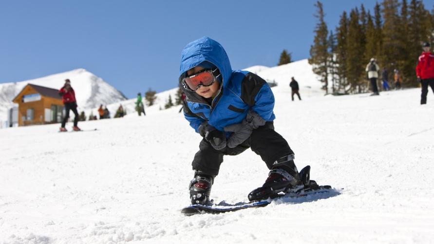 Мальчишка на лыжах.