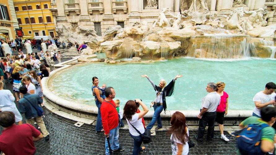 Туристы у фонтана