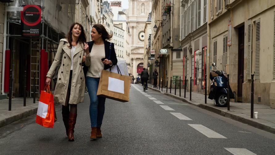 Подружки идут из магазина