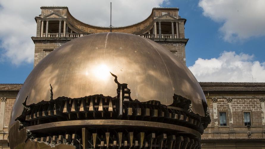 Скульптура Arnaldo Pomodoro в Ватикане.