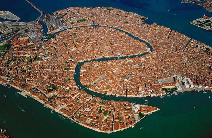 Большой канал в Венеции с высоты птичьего полёта. Он имеет длину более чем 4 км.