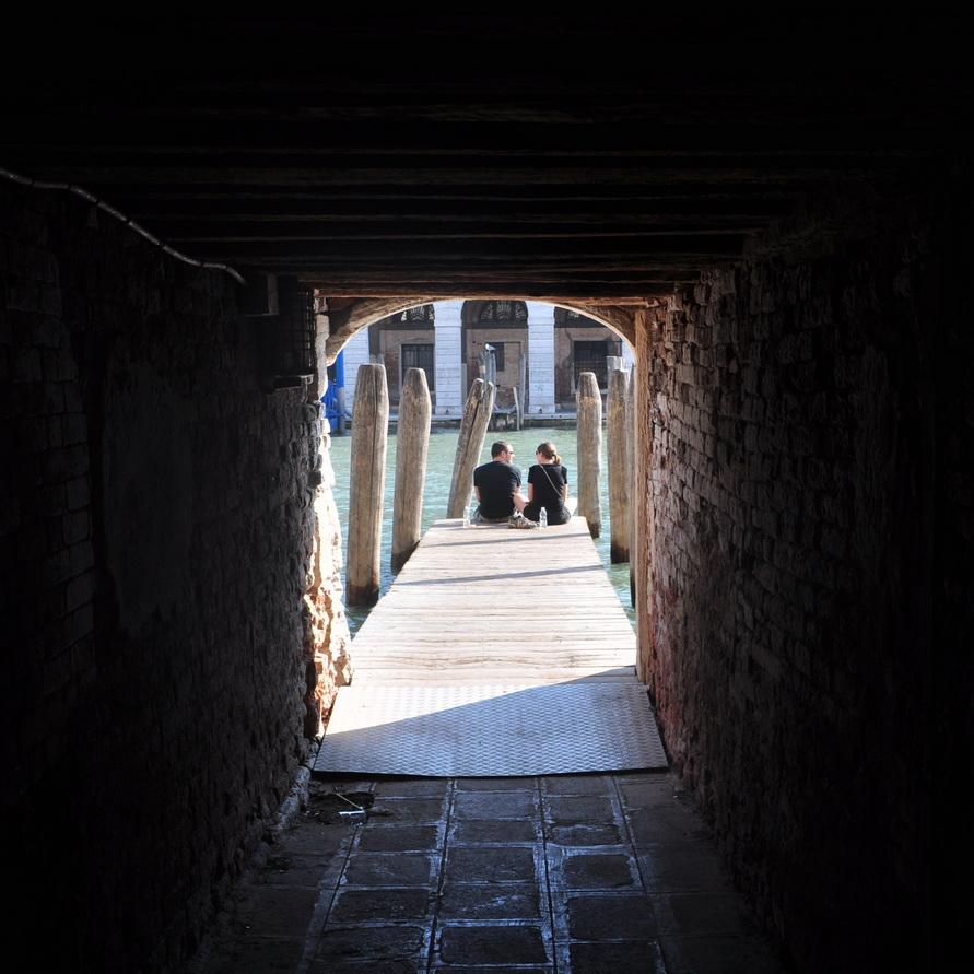 Через подворотню и тоннель вышли к каналу, а там — двое.