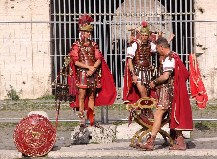 Современные гладиаторы около Колизея предлагают сфотографироваться с ними.
