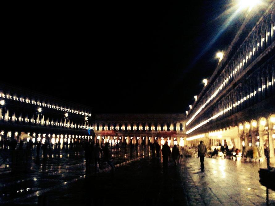 Вечером площадь Сан-Марко красиво подсвечивается.