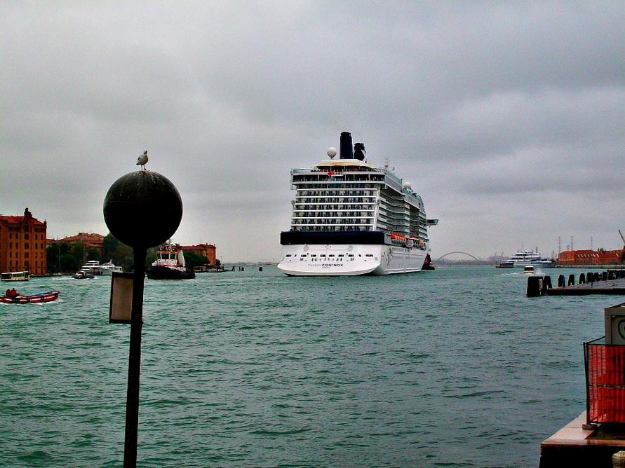 Круизный лайнер зашёл в Большой канал.