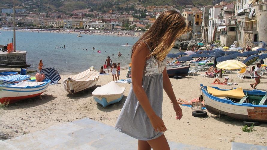 Картинки по запросу пляжи сицилия девушки