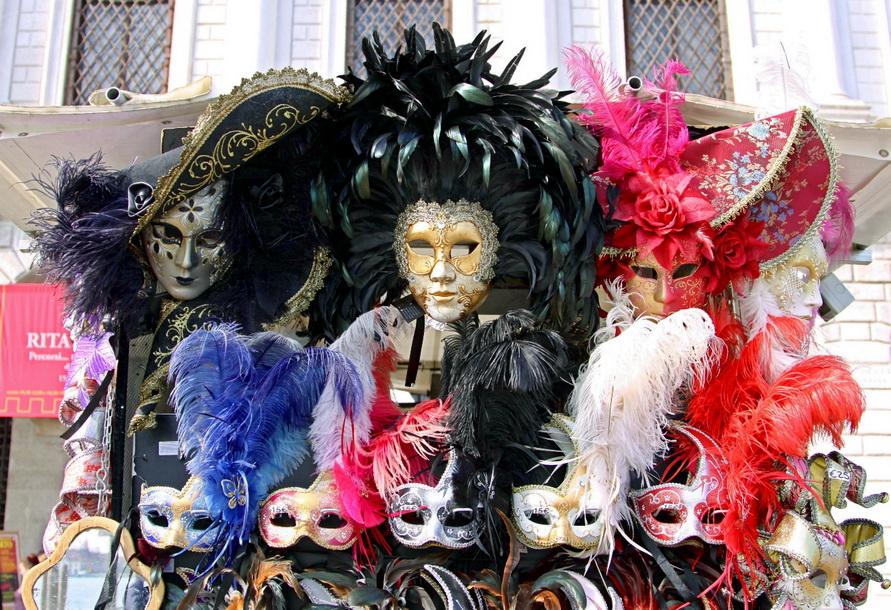 Веницианский сувенир — маска.