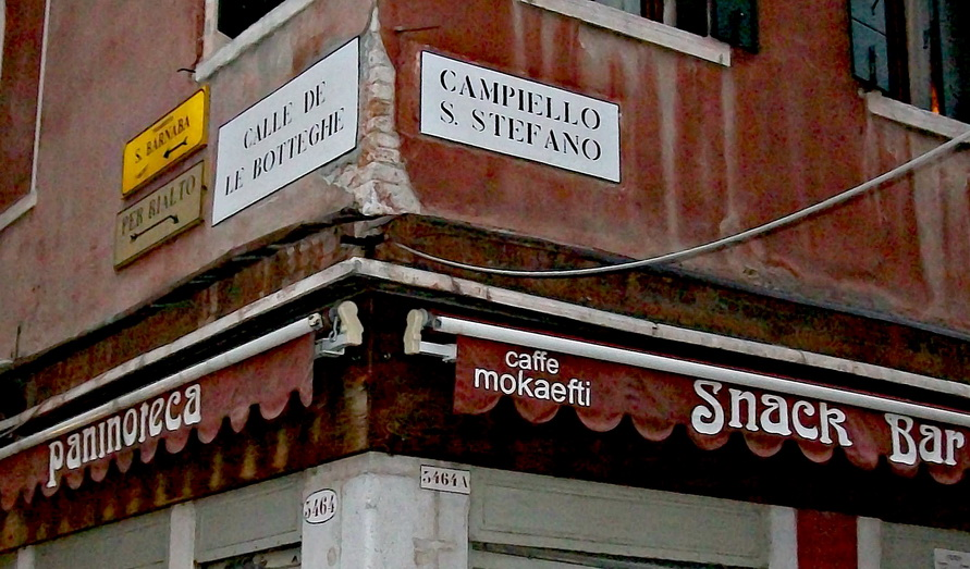 Названия улиц Венеции на табличках на углах домов.