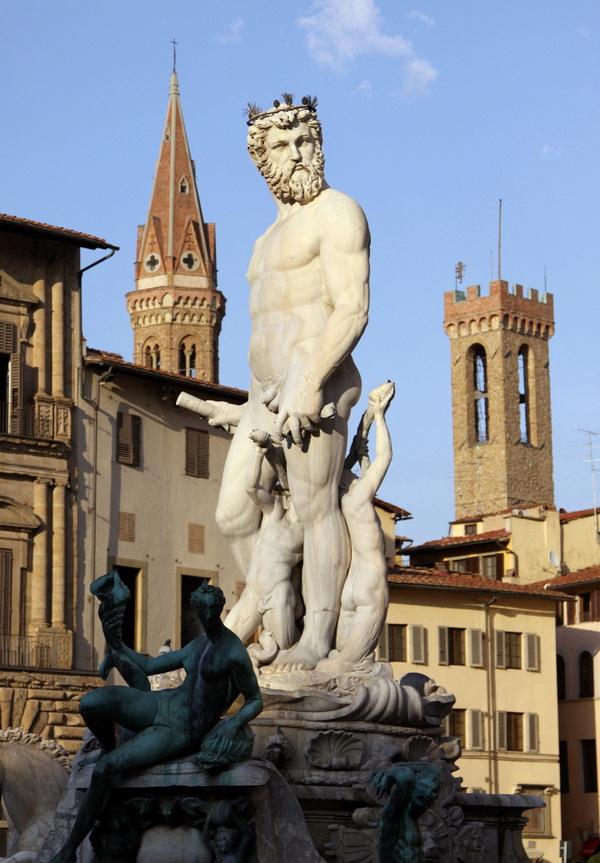 Флорентийский Нептун всегда смотрит на туристов.