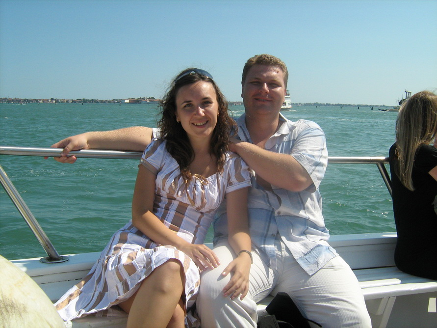 Плывём с мужем на острова Мурано и Бурано.