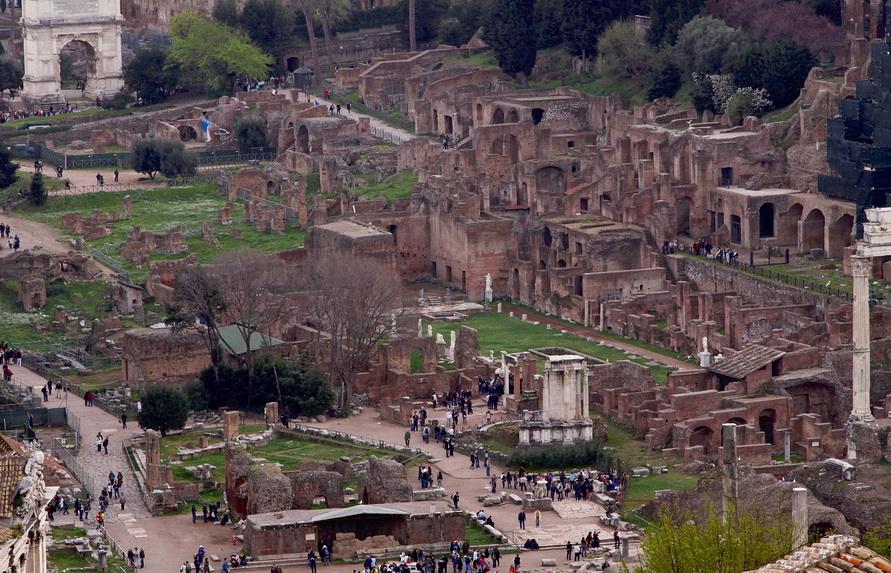 Развалины Римского форума с высоты птичьего полёта.