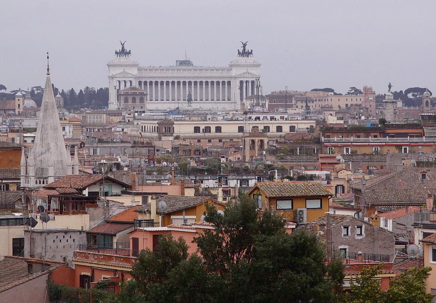 Вид с холма Пинчо на монумент Витториано.