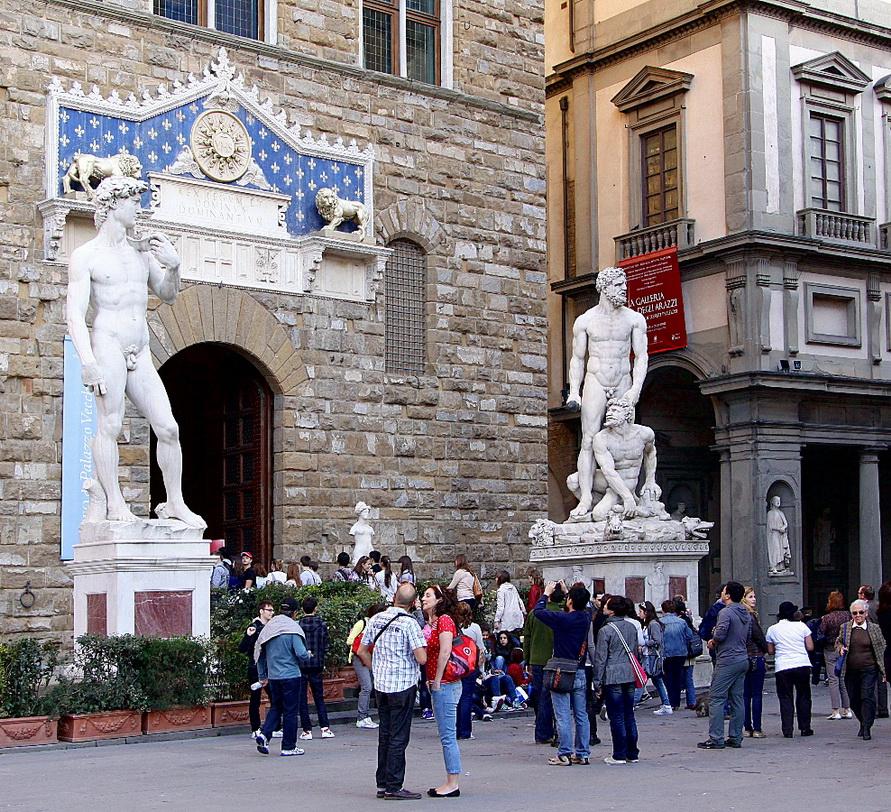 Скульптуры Геркулеса и Давида у входа в галерею Уффици