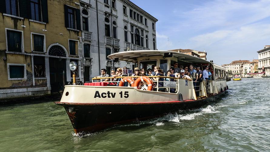 Венецианский катер-такси вапоретто ACTV.