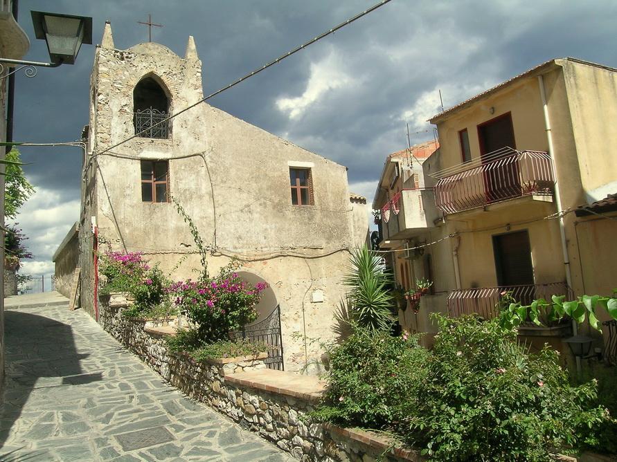 Горная деревушка Кастельмоло на Сицилии.