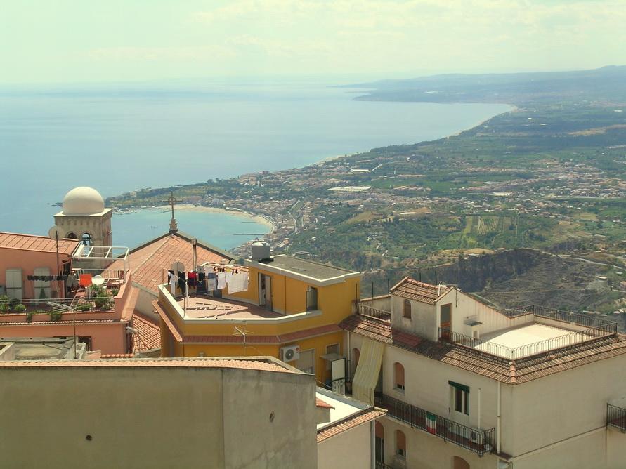 Вид из деревушки на море.