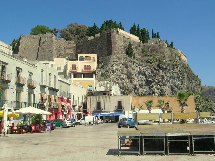 Городок Липари на Сицилии.