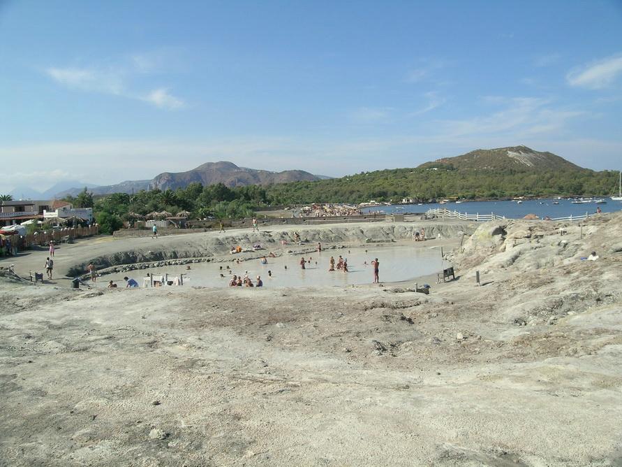 А не принять ли нам грязевые серные ванны на острове Вулкан?