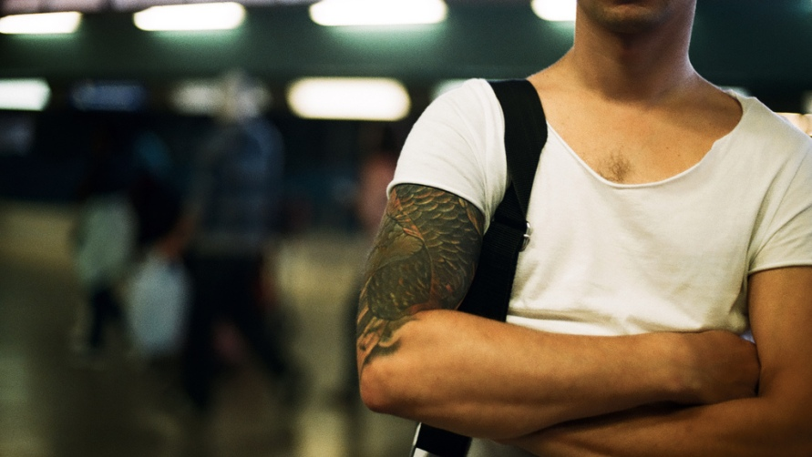 Мужчина с татуировкой