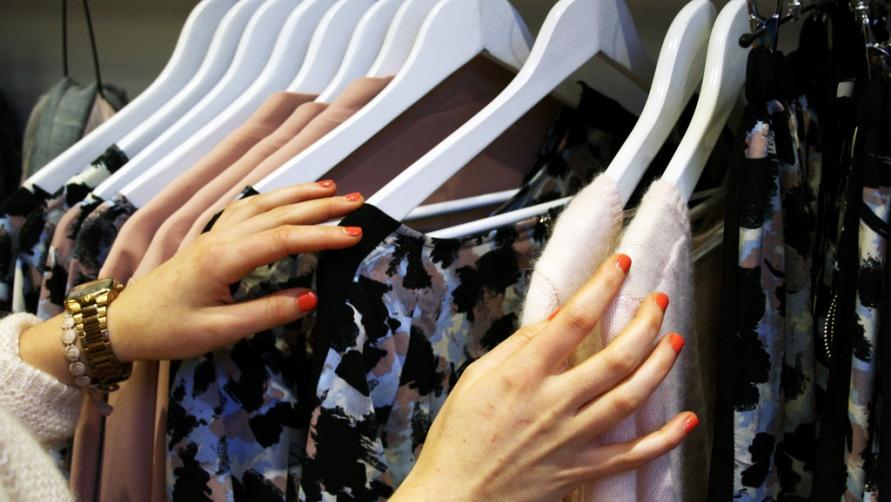 Платья на вешалке