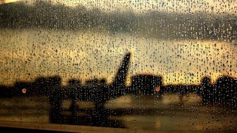 Дождь в аэропорту.