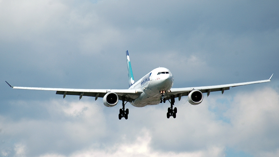 Самолет в небе.