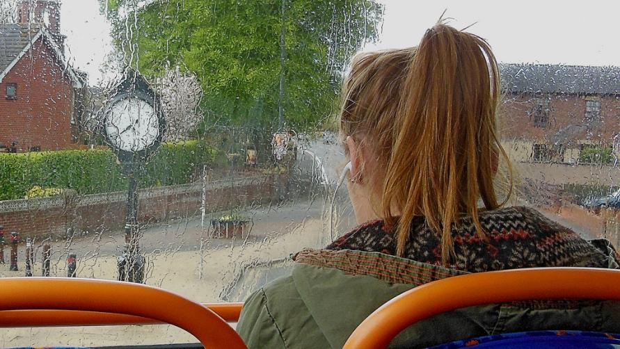 Девушка в автобусе.