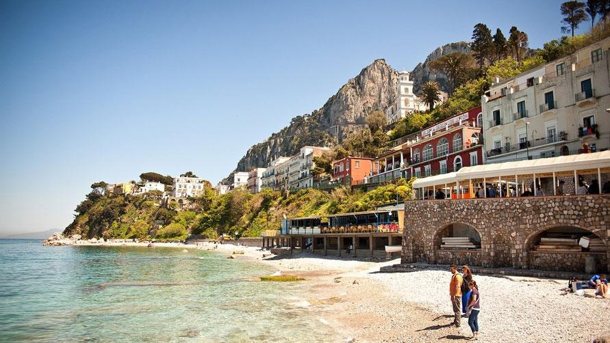 На Капри отдыхают богатые.
